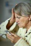 Femme supérieure avec des pilules Photographie stock libre de droits