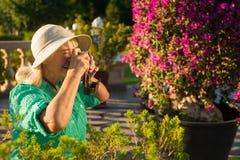 Femme supérieure avec l'appareil-photo de photo Photo stock
