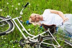 Femme supérieure avec la bicyclette Images stock