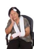 Femme supérieure avec la blessure de tête et de main Photos stock