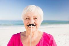 Femme supérieure avec la fausse moustache Photos stock