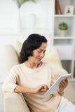Femme supérieure avec la tablette Photos libres de droits