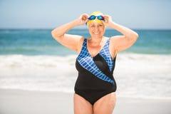 Femme supérieure avec le chapeau se baignant à la plage Images stock