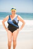 Femme supérieure avec le chapeau se baignant à la plage Images libres de droits