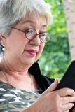 Femme supérieure avec le comprimé Images libres de droits