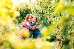 Femme supérieure avec le grandaughter faisant du jardinage dans le jardin d'arrière-cour Image stock