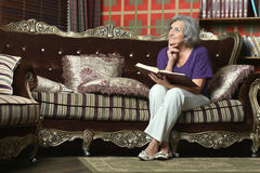 Femme supérieure avec le livre Photo stock