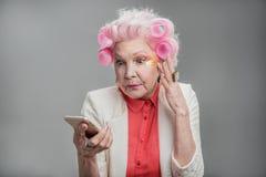 Femme supérieure avec le message rose de lecture de cheveux Images stock