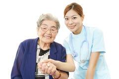 Femme supérieure avec le personnel médical Images libres de droits