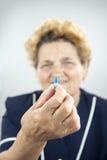 Femme supérieure avec le rhumatisme articulaire Photos libres de droits