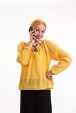 Femme supérieure avec le sourire de téléphone portable Photographie stock libre de droits
