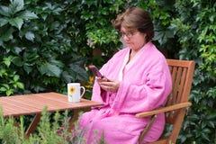 Femme supérieure avec le téléphone portable Images stock
