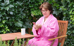 Femme supérieure avec le téléphone portable Photographie stock libre de droits