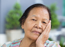 Femme supérieure avec le visage soumis à une contrainte inquiété Images libres de droits