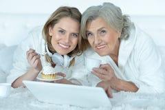Femme supérieure avec sa fille adulte Photo libre de droits
