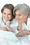 Femme supérieure avec sa fille adulte Photographie stock