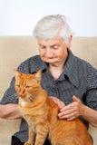 Femme supérieure avec un chat Image stock