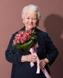 Femme supérieure avec un groupe de fleurs Photos libres de droits