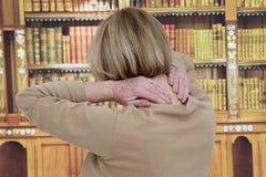 Femme supérieure ayant la douleur cervicale Images stock