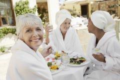 Femme supérieure ayant la nourriture saine avec des amis Photo libre de droits