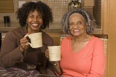 Femme supérieure ayant le café avec sa fille Image libre de droits