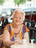 Femme supérieure ayant une tasse de café Photographie stock libre de droits
