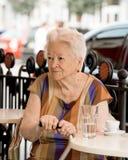 Femme supérieure ayant une tasse de café Image libre de droits