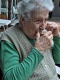 Femme supérieure buvant un verre de thé Images libres de droits