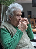 Femme supérieure buvant un verre de thé Photos libres de droits