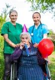 Femme supérieure célébrant l'anniversaire images stock