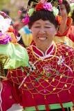 Femme supérieure chinoise dans la danse en soie traditionnelle colorée de tissu Images libres de droits