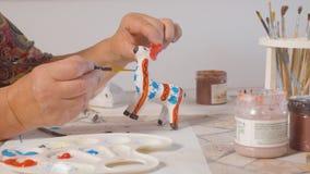 Femme supérieure colorant un cerf commun clips vidéos