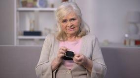 Femme supérieure contrariée montrant le portefeuille vide dans la caméra, problème de pauvreté clips vidéos