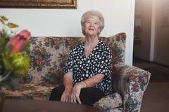 Femme supérieure détendant à la maison de vieillesse Image stock