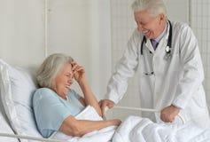 Femme supérieure dans l'hôpital Photos libres de droits