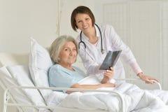 Femme supérieure dans l'hôpital Photos stock