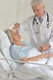 Femme supérieure dans l'hôpital Photographie stock