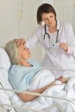 Femme supérieure dans l'hôpital Photo libre de droits