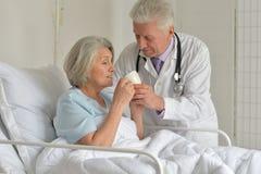 Femme supérieure dans l'hôpital Image libre de droits
