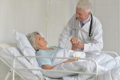Femme supérieure dans l'hôpital Image stock