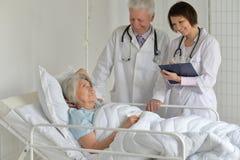 Femme supérieure dans l'hôpital Photographie stock libre de droits