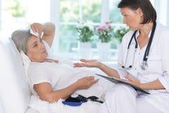 Femme supérieure dans l'hôpital Images stock