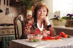 Femme supérieure dans la cuisine images libres de droits