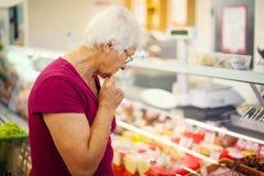 Femme supérieure dans la mémoire d'épiceries image stock