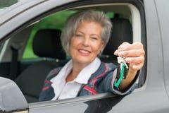 Femme supérieure dans la voiture Photographie stock