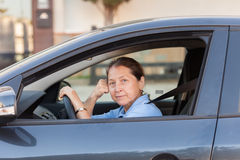 Femme supérieure dans la voiture Photographie stock libre de droits