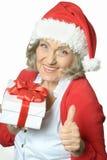 Femme supérieure dans le chapeau de Santa Claus Image libre de droits