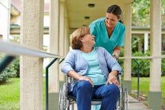 Femme supérieure dans le fauteuil roulant Photo stock