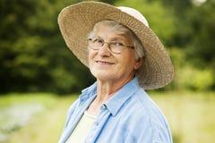 Femme supérieure dans le jardin Photos stock