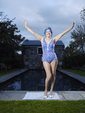 Femme supérieure dans le Poolside se tenant prêt de vêtements de bain Photo libre de droits